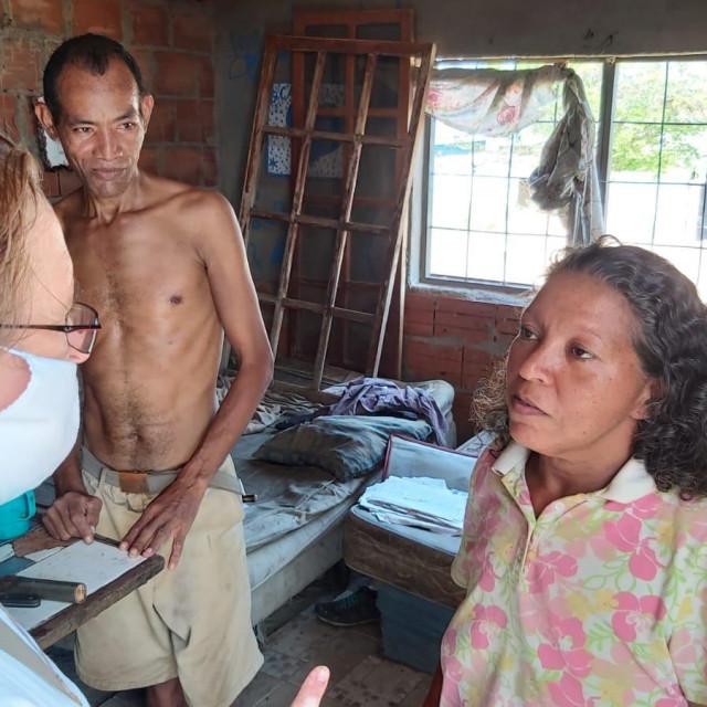 Sestra Ljilja (prva slijeva) s potrebitim obiteljima čija minimalna primanja iznose dva dolara mjesečno