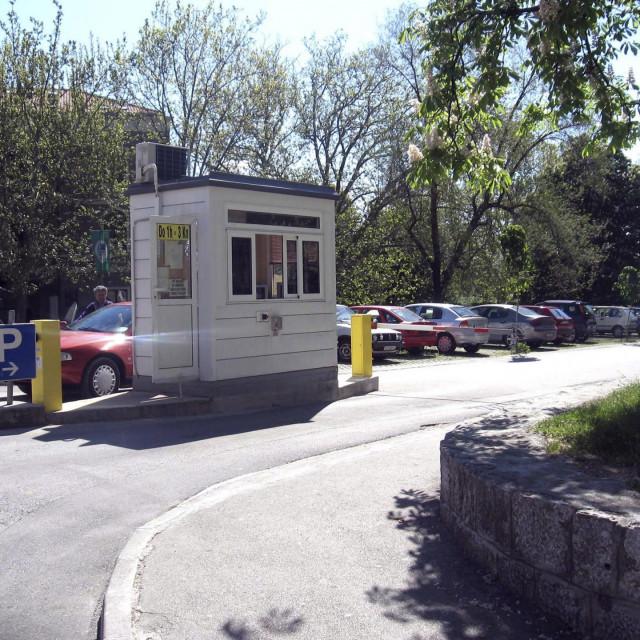 Parking prostor kod alkarskog trkališta kojim upravlja gradsko poduzeće