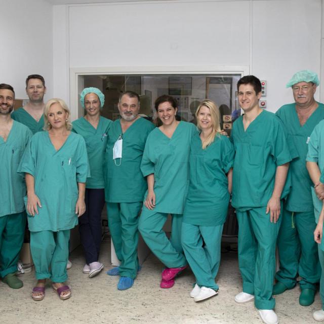 Operacijski tim nakon uspješno završenog zahvata na dvjema pacijenticama
