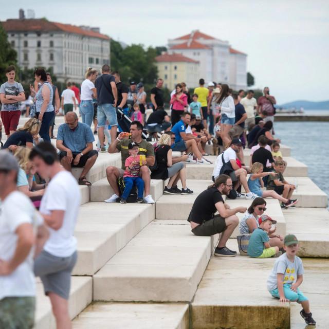 Turisti uzivaju u setnji Poluotokom jer zbog loseg vremena prijepodne nisu imali prilike ici na plaze.<br />