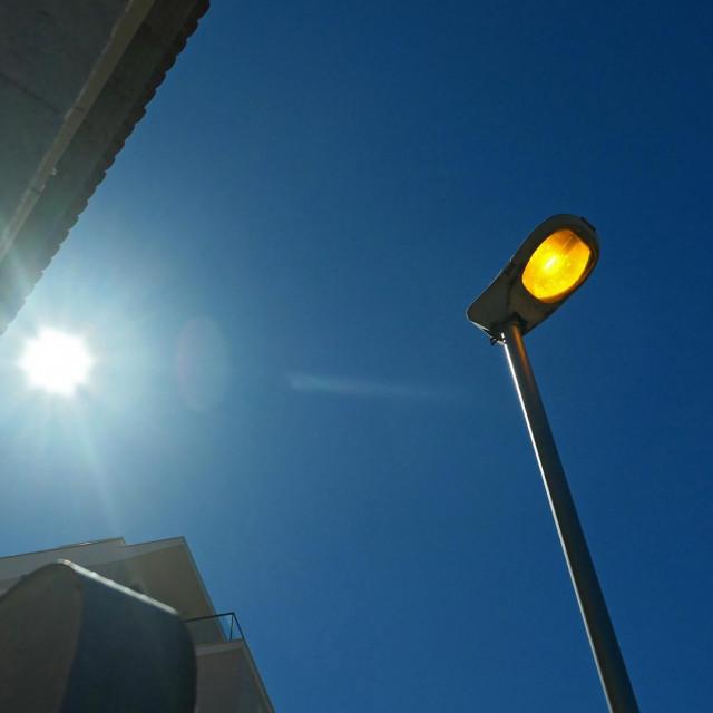 Fotografija je snimljena točno u 10 sati, tuče zvizdan, tuku i žarulje
