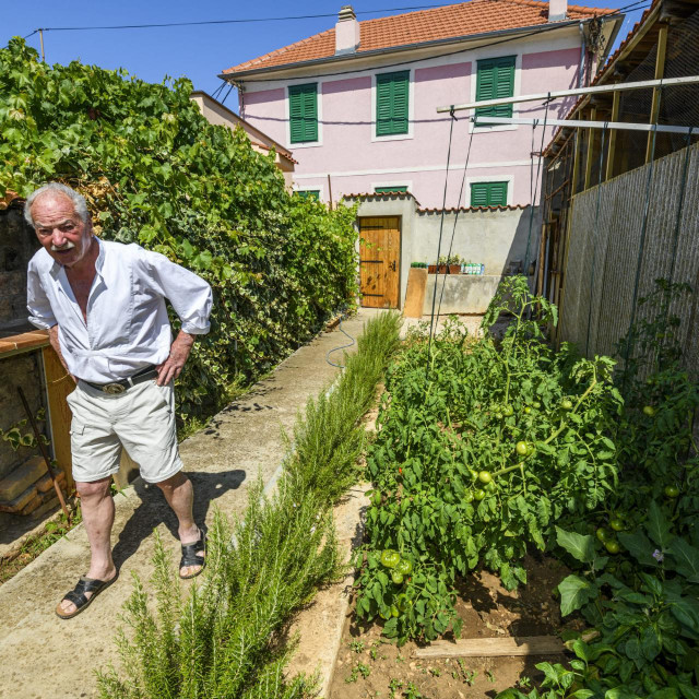 Ante Juras u svom domu vrtu<br />
