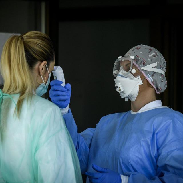 Knin, 240420.<br /> Ministar zdravstva Vili Beros u posjetu bolnici Hrvatski ponos u vrijeme pandemije koronavirusa.<br /> Na fotografiji: provjera temperature.<br />