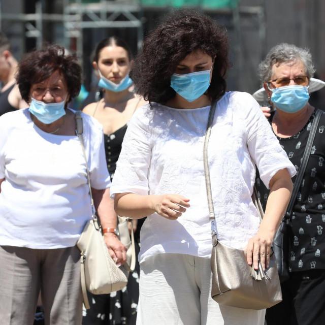 Zagreb, 100720.<br /> Trg bana Josipa Jelacica.<br /> Gradjani sa zastitnim maskama hodaju ulicama grada zbog opreza od koronavirusa.<br />