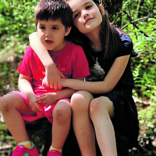 Mila Rončević sa sestrom