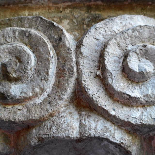 Fra Stipe Nosić ističe kako je u klaustru Male braće isklesano više različitih simbola spirale- kapitel 21
