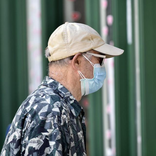 Split,130720<br /> Poostravanjem mjera zastite od corona virusa obvezatna je zastitna maska za lice u zatvorenim prostorima. Konobari u ugostiteljskim objektima vec od ranije ih moraju nositi. Mnogi turisti nose maskice i na otvorenom prostoru u obilasku grada.<br /> Na fotografiji: Maske na licima konobara i turista u gradu.<br />