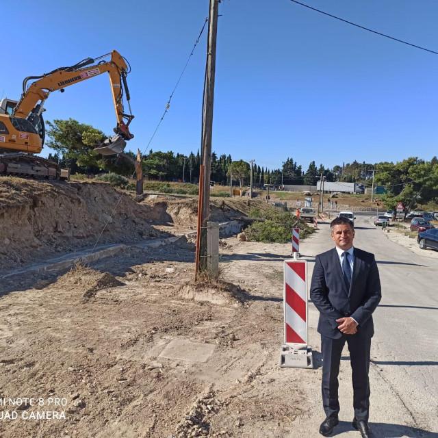Predsjednik Gradskog kotara Mejaši Vice MIhanović uz gradilište u Lovrinačkoj ulici