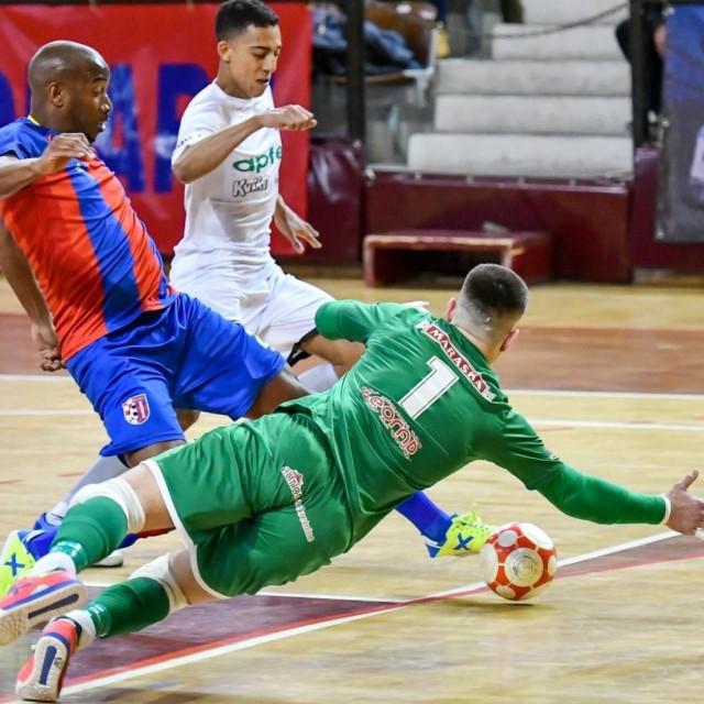 Leonardo Dos Santos Pele (Square) protiv Novo vrijeme Apfel u Gospinom polju - šesti trećeg 2020. bilo je šest tri za 'crveno plave'