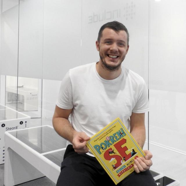 Ivan Mrvoš, mladi inovator iz Solina, s knjigom 'Pokreni se'