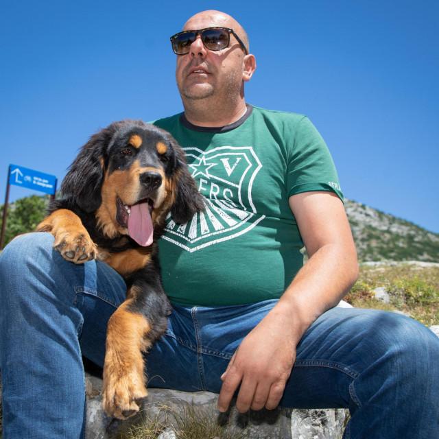 Elvis Prgomet s kujicom tibetanskog mastifa