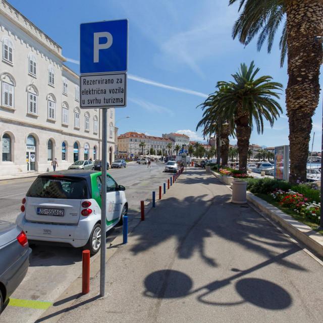 Prometni znak i nejasna obavijest kome su namijenjena parkirna mjesta na Trumbićevoj obali