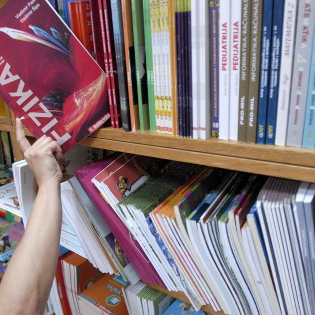 Radne bilježnice čekat će školarce na njihovim klupama