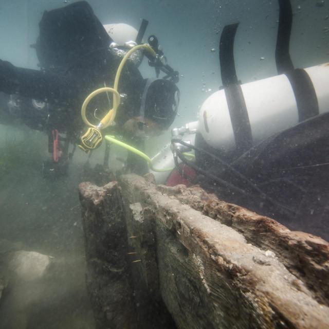 Ronilac Vedran Dorušić i studentica arheologije Mirela Grgić rade na otkopavanju dijela drvene obalne konstrukcije