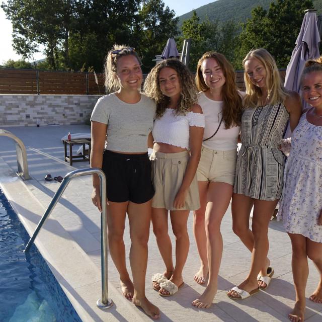 Anika, Anisa, Stanicha, Laura i Anika kod bazena vile Marinovićevih