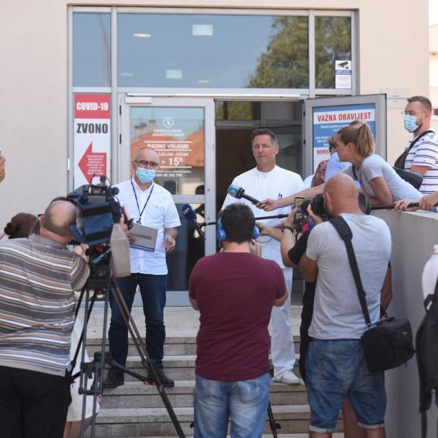 Na fotografiji: (s lijeva) Željko Čulina, ravnatelj bolnice i Alan Medić, epidemiolog