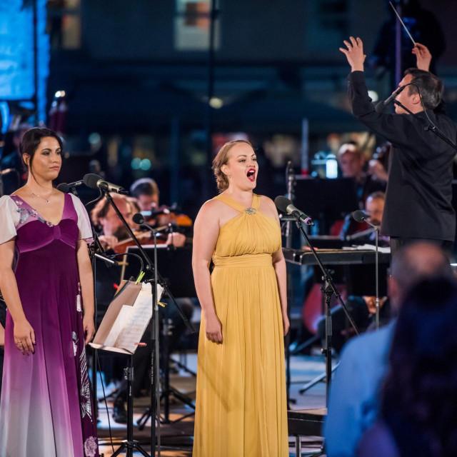 Nastupom simfonijskog orkestra HRT-a i zadarske sopranistice Nele Saric na Forumu, svecano je otvoreno 60. jubilarno izdanje kulturne manifestacije Glazbene veceri u sv. Donatu.