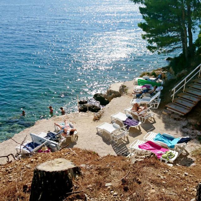 Plaža na Balića ratu u mjestu Stanići, koja se gostima 'Ville Charlotte' nudi kao 'privatna'
