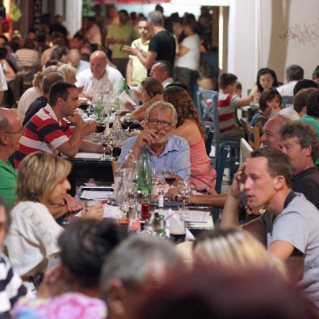 Velike gužve po ulicama, kaficima i restoranima slika su od prošle godine kad se tražio stol više. Kako danas rade poznati zadarski ugostitelji?