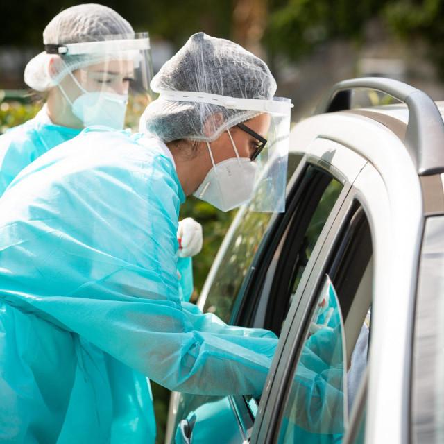 Epidemiolozi uzimaju uzorke zbog testiranja na COVID-19