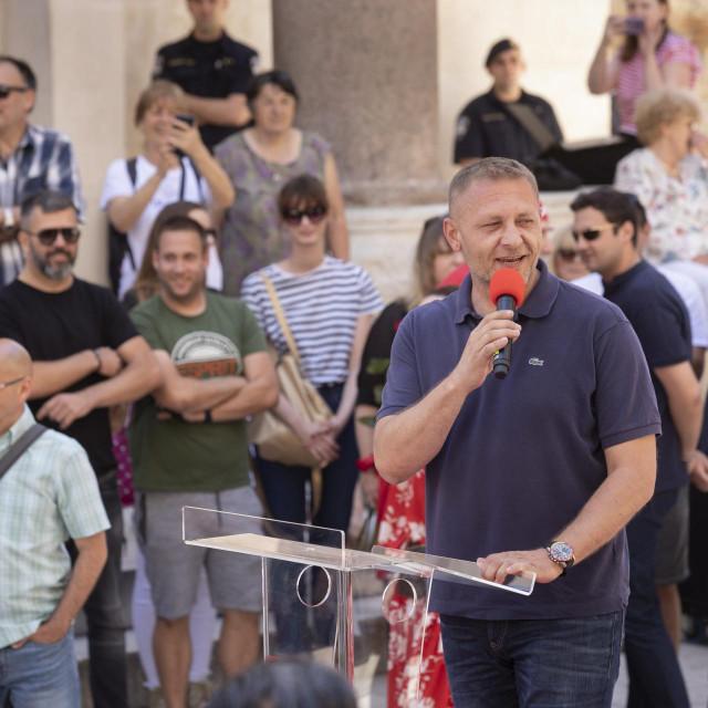 Plenković kod Milanovića, s fasciklom u kojoj je 76 zastupničkih potpisa za novu Vladu<br />