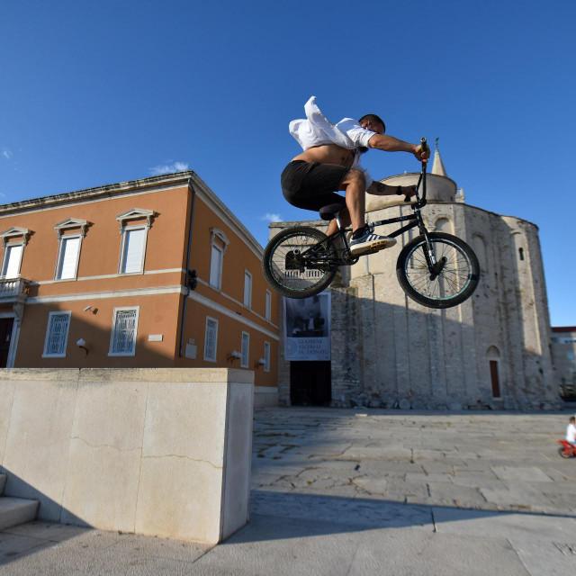 Dvojica mladića su na Forumu prolaznike zabavljali vratolomijama na BMX biciklima.