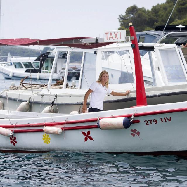 Antonia Maljković: Bookerica i šefica agencije za organiziranje izleta, voditeljica i šefica ekipe od šest skipera i mornara. Ribar po potrebi i guštu, i još i lovac na hvarsku sitnu divljač