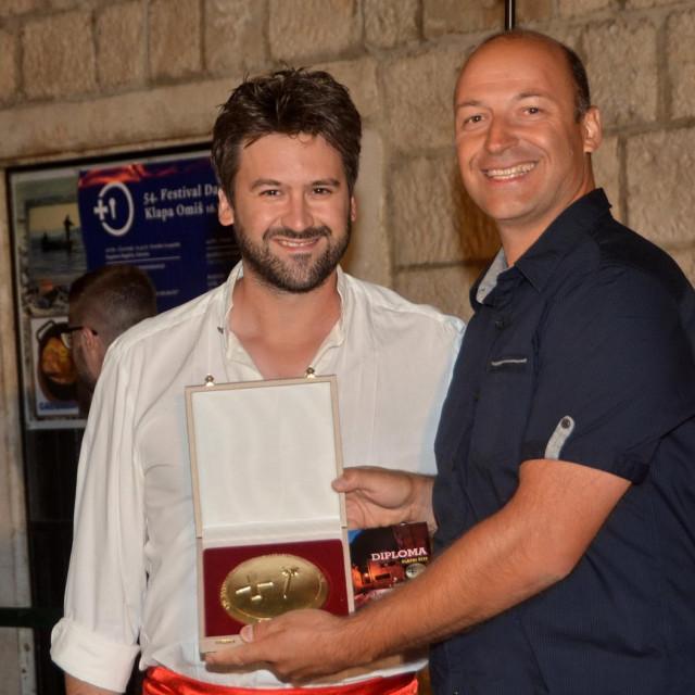 Predstavniku Diverse nagradu uručuje ravnatelj FDK Mijo Stanić