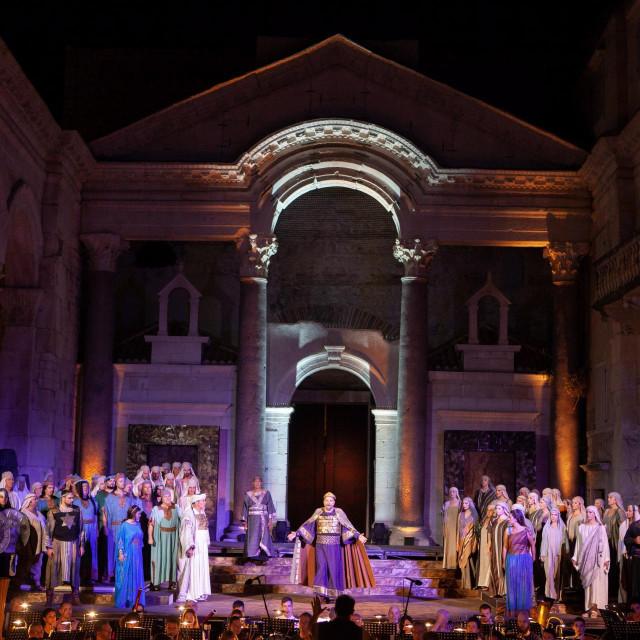 Vrlo su česte usporedbe 'Nabucca' i 'Lombardijaca', osobito stoga što u objema operama zbor ima važnu ulogu