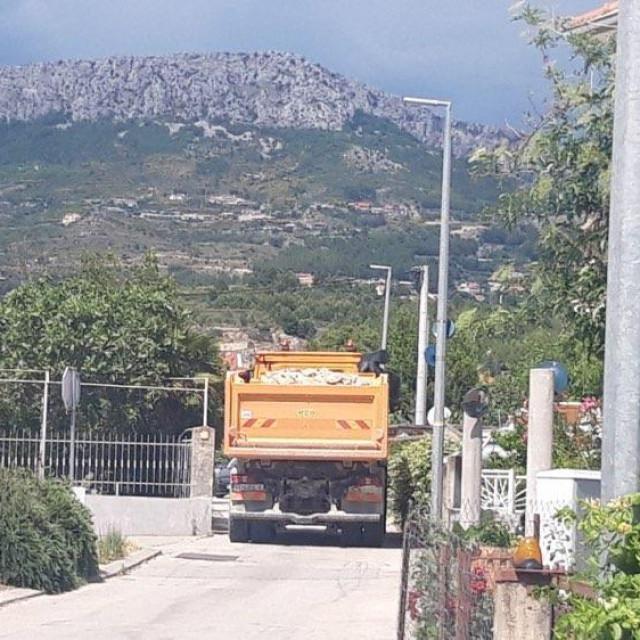 Ulica Gašpina mlinica, dio od križanja s ulicom Put Majdana prema Mezanovcima, jedva kamioni prolaze<br />