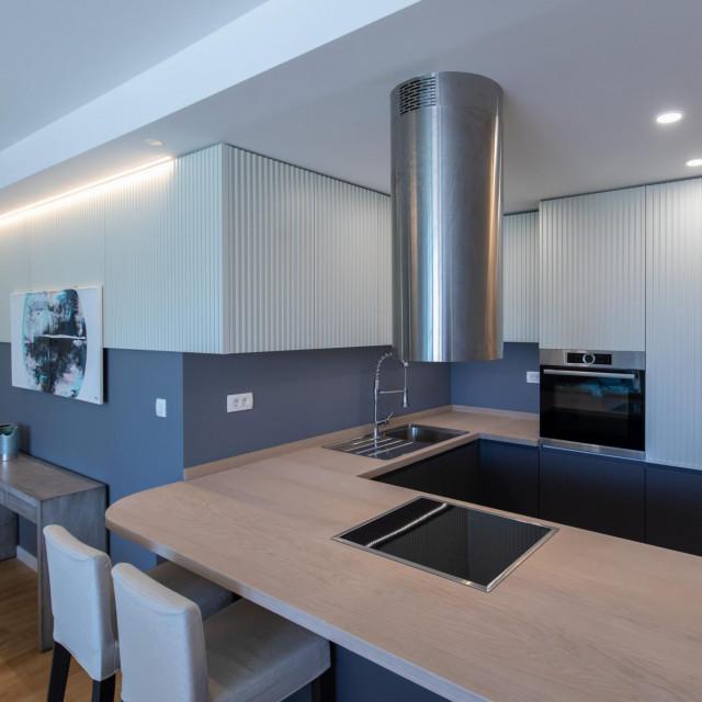 Kuhinjski kut bio je prvo što nam je privuklo pažnju. Nalazi se u središtu stana i povezan je s ostalim prostorom na zanimljiv način