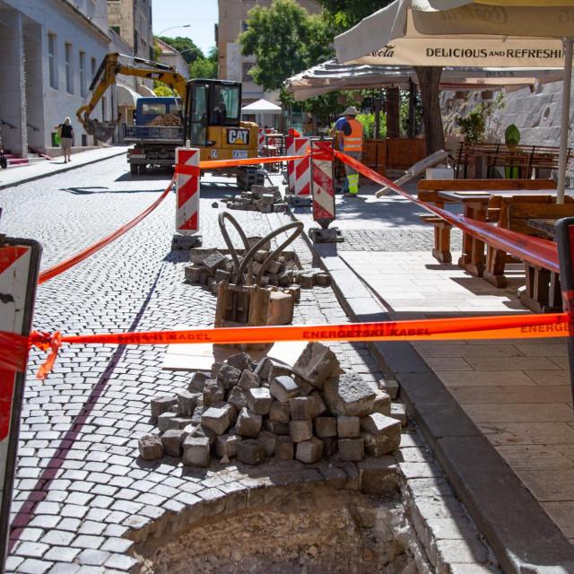 Kopaju se rupe za sadnju novih stabala u Ulici kralja Tomislava
