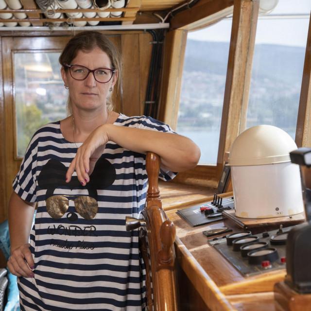 """Maja Ercegović, kapetanica jedrenjaka """"Moja Maja""""na Pomorskom faksu postala je diplomirana inženjerka pomorskog prometa. Ima i brevete za zapovjednicu broda do 500 brutotona u nacionalnoj plovidbi"""