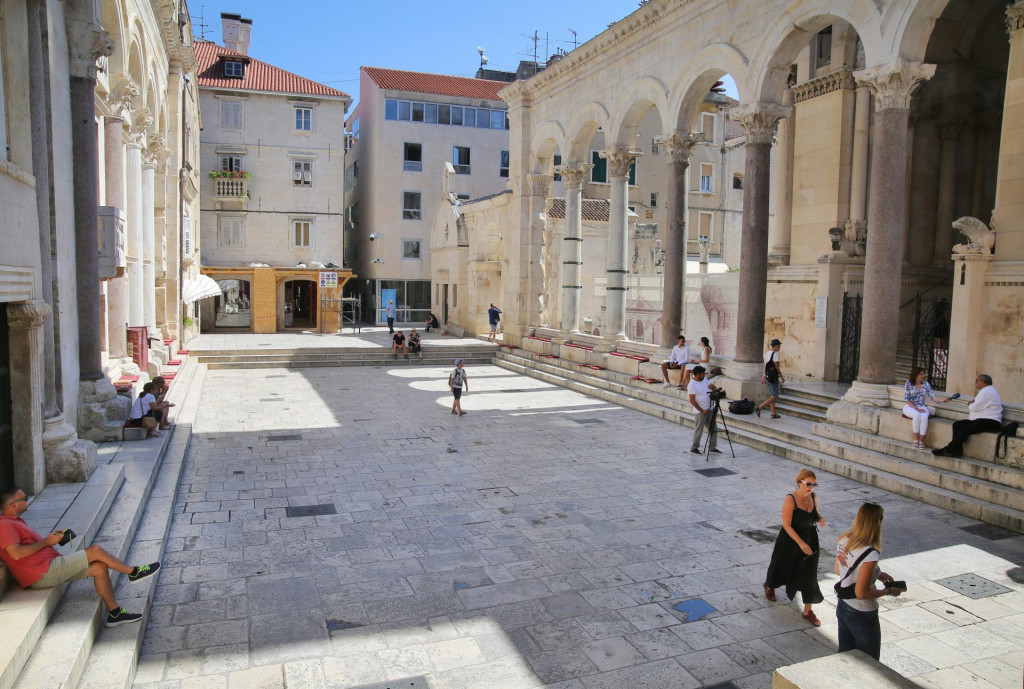 Scena s Peristila - turista je taman po miri domaćeg čovika