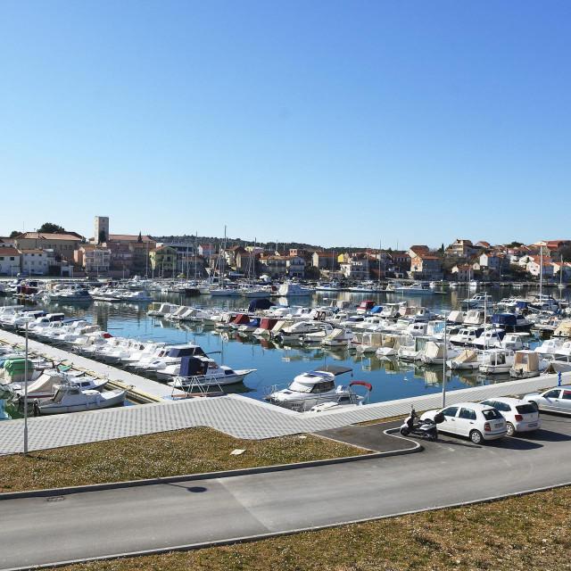 Uvala Vrnaža: sportska i ribarska lučica Mandalina<br />