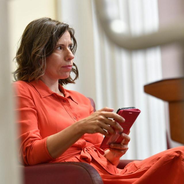 Katarina Peović - prvi dan, pa odmah žestoko. Odbijanje podrške Škori, a onda Zulimov napad u saborskom kafiću...