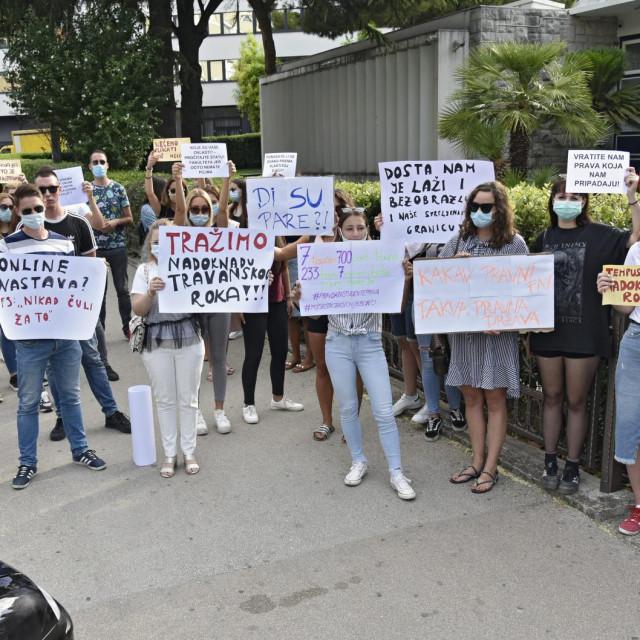 Budući pravnici su jutros prosvjedovali jer im je uprava Fakulteta ukinula dodatni ispitni rok