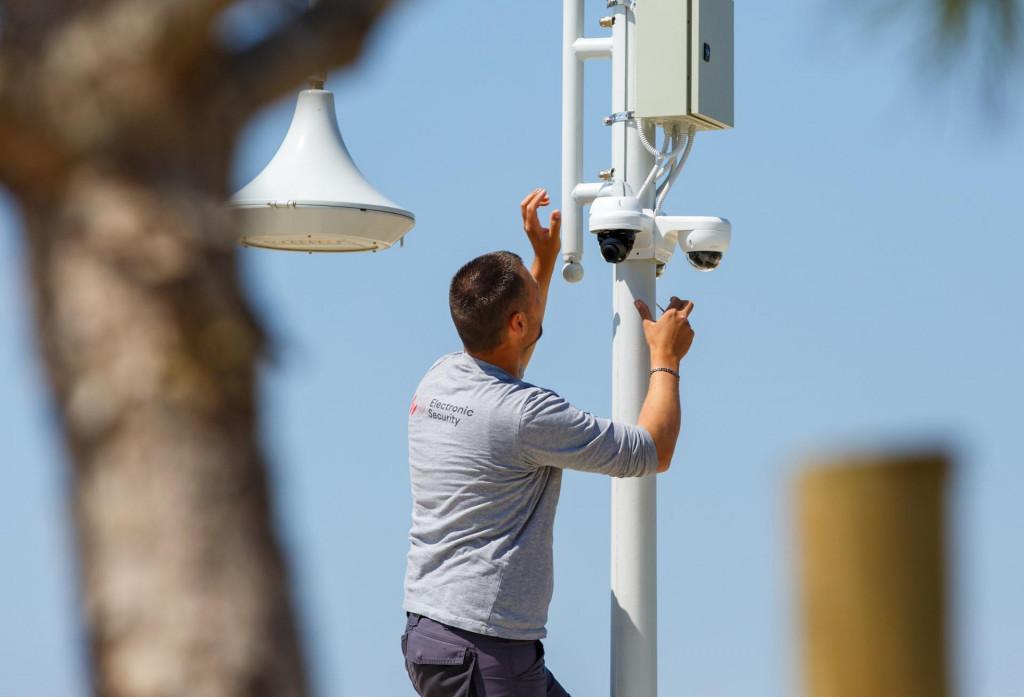 Zaposlenik Electronic Securityja postavlja kamere na javnim površinama