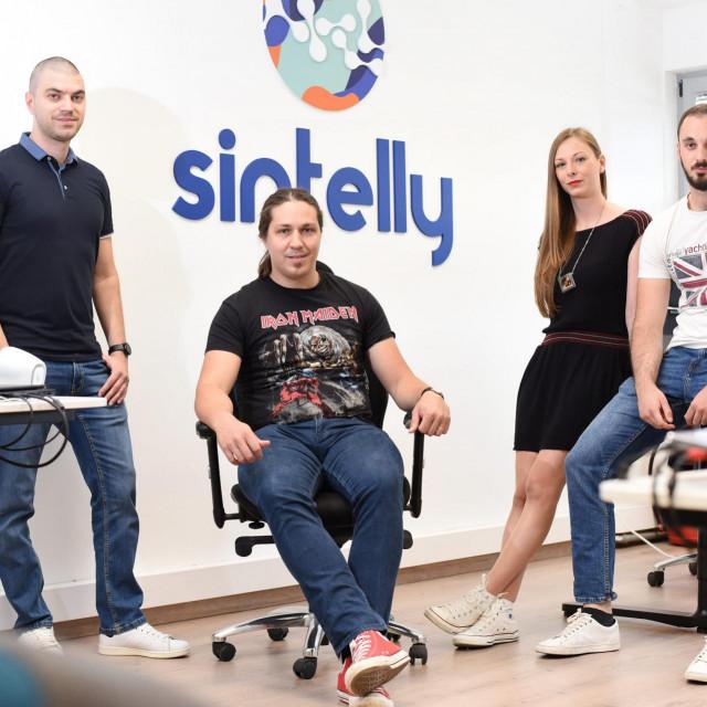 Zaposlenici IT tvrtke Sintelly, koji su napravili aplikaciju Sintelly.<br /> Na fotografiji: Ive Botunac, Marin Babajko, Viktorija Vegar Kosuta i Mateo Bukva.<br />