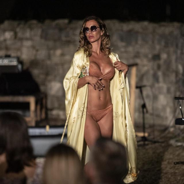 Ana Gruica Uglešić u prizoru predstave