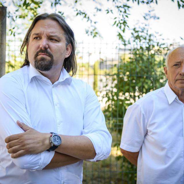 Tonci Restovic i Ivan Rajic celnici SDP-a grada Sibenika odrzali su konfenciju za medije ispred kolektora u Mandalini,govorili su o problemima smrada i prometa u gradskoj cetvrti Mandalina.<br />