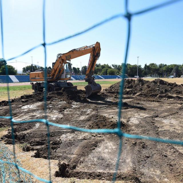 Na SC Višnjik počeli su radovi na zamjeni prirodnoga travnjaka umjetnim na nogometnom igralištu sportskog centra.<br />