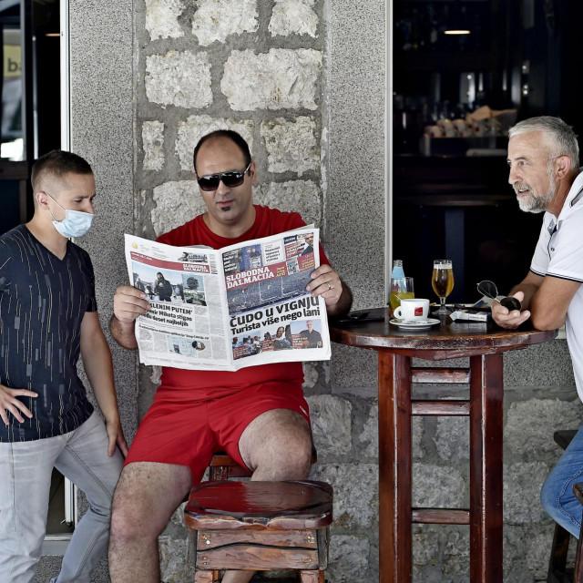 Ante Križanac, Ivan Bojić i Branimir Župić listaju Slobodnu u kafiću 'Peškarija'.