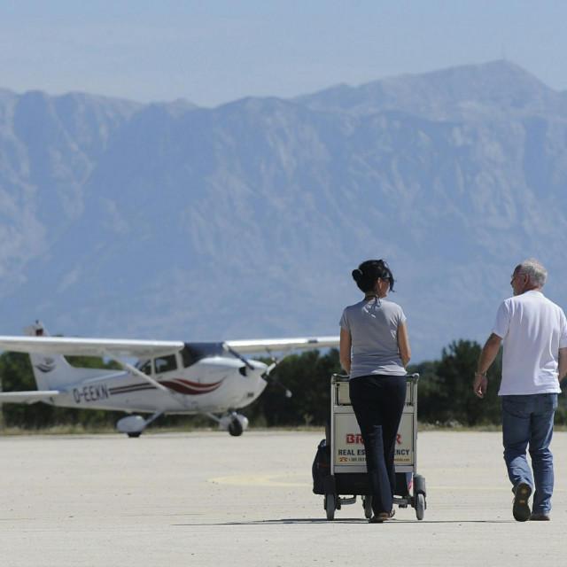 Na fotografiji: putnici sa privatnim avionom