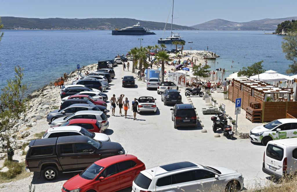 Kad se napuni parkiralište na plaži, nastaju problemi