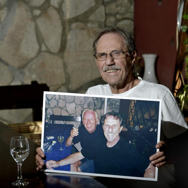 Na fotografiji: Oliverov prijatelj Goran Prizmić Bata na omiljenom Oliverovom mjestu u restoranu Bata