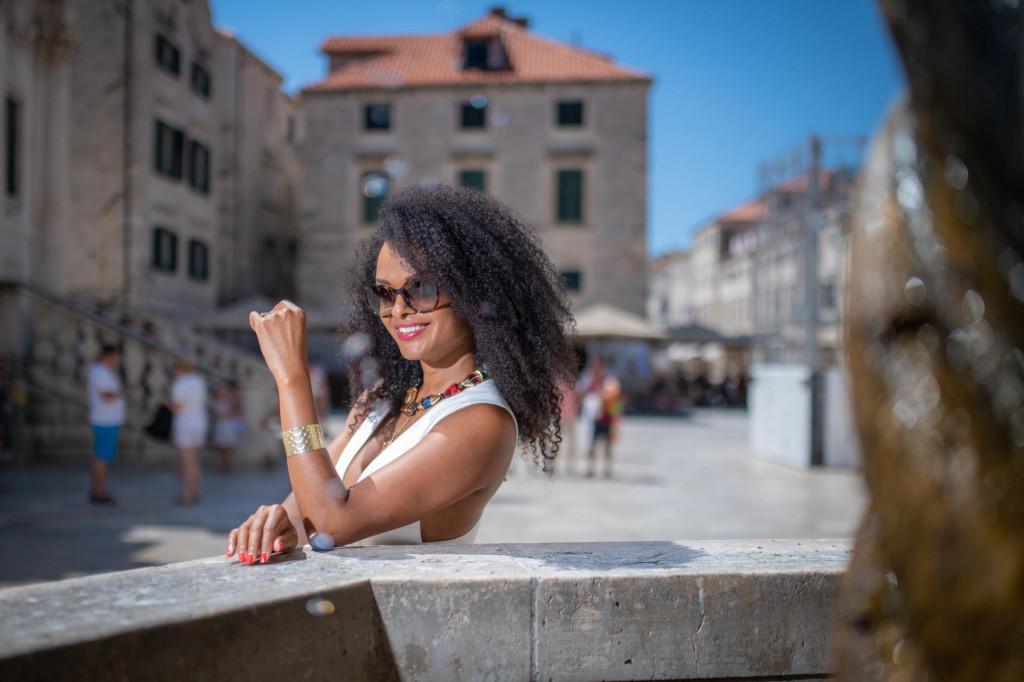 Anny Alves profesionalna je plesačica sambe u Rio de Janeiru koja živi u Zagrebu gdje vodi školu sambe, a u Dubrovnik dolazi redovito