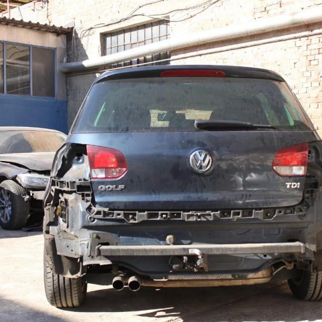 Zadranin je kupovao karambolirana vozila marke VW Golf,pa bi kupovao vozila za koje je znao da su ukradena, te bi u radionikompletirao karambolirana vozila dijelovima s otuđenih vozila
