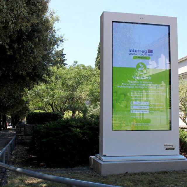 """Projektom """"VirtualArch"""" prostor ispred Gradske knjižnice Zadar osuvremenjen je novim LCD ekranom"""