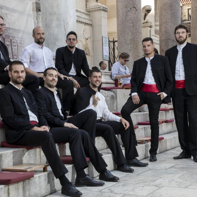 Klapa Mriža: Marijo Jurun, Ante Klaić, Božo Kesić, Tonči Brković, Marin Dvornik, Jakov Radunić; Toni Kožul i Dujam Klein